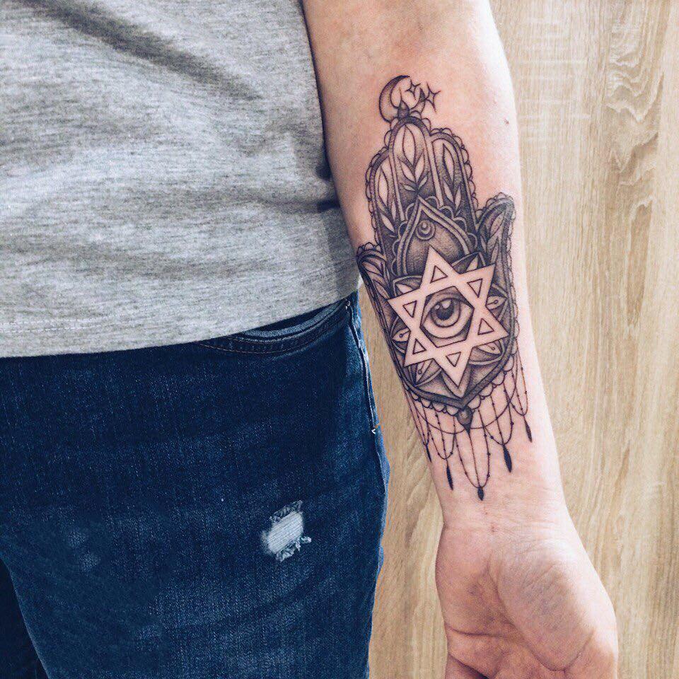 小臂黑灰佛手上帝之眼纹身图案